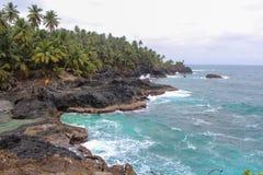 Piękna plaża z powulkanicznymi skałami i jasny woda w Sao woluminie i Principe wyspie w Afryka, Zdjęcia Stock