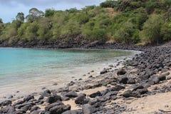 Piękna plaża z powulkanicznymi skałami i jasny woda w Sao woluminie i Principe wyspie w Afryka, Zdjęcie Royalty Free