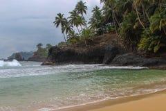 Piękna plaża z powulkanicznymi skałami i jasny woda w Sao woluminie i Principe wyspie w Afryka, Zdjęcia Royalty Free