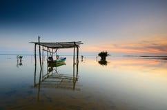 Piękna plaża z rybak łodzią podczas wschód słońca przy Jubakar plażą Kelantan Malaysia Miękka ostrości opłata tęsknić ujawnienie obraz stock