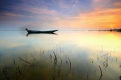 Piękna plaża z rybak łodzią podczas wschód słońca przy Jubakar plażą Kelantan Malaysia Miękka ostrości opłata tęsknić ujawnienie zdjęcia royalty free