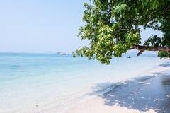 Piękna plaża z szmaragdowym koloru morzem Zdjęcie Stock