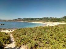 Piękna plaża z turystami na wakacjach zdjęcie royalty free
