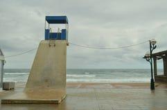 Piękna plaża Zarauz Z Swój Malowniczymi I Wysokimi poczta ratownicy Na deszczowym dniu Z silnym wiatrem Powodować Temporar zdjęcie royalty free