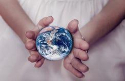 Piękna planety ziemia w żeńskich rękach Zdjęcie Royalty Free