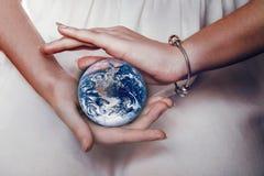 Piękna planety ziemia w żeńskich rękach Fotografia Royalty Free