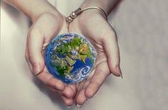 Piękna planety ziemia w żeńskich rękach Fotografia Stock
