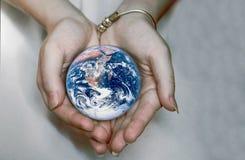Piękna planety ziemia w żeńskich rękach Obrazy Royalty Free