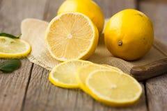 Piękna połówka cytryna na drewnianej desce Cytryny na drewnianym tle cytryny owoce przekrawa cytrynę Mennica pojęcia zdrowe jedze Obrazy Stock