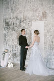 Piękna poślubiająca para moda ślubnych fotografia stock
