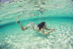 Piękna podwodna panna młoda w Maldives kobiety nurkowym morzu Obrazy Royalty Free