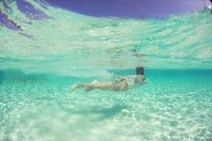 Piękna podwodna panna młoda w Maldives kobiety nurkowym morzu Zdjęcia Royalty Free