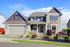 Piękna popielata nowa klasyka domu powierzchowność z naturalnym kamieniem. Fotografia Royalty Free