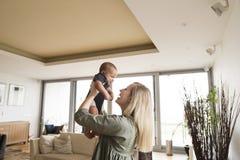Piękna potomstwo matka z jej małą chłopiec w domu obrazy royalty free
