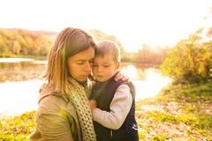 Piękna potomstwo matka z jej synem w jesień lesie obraz stock