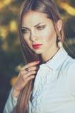 Piękna poważna elegancka kobieta w białej koszula z perełkowymi kolczykami Obraz Royalty Free