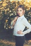 Piękna poważna elegancka kobieta w białej koszula z perełkowymi kolczykami Zdjęcie Royalty Free