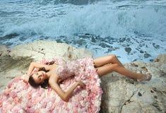 Piękna, powabna i seksowna kobieta, wzorcowy lying on the beach na skałach, falezy Fotografia Royalty Free