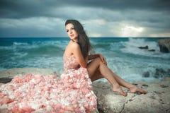 Piękna, powabna i seksowna kobieta, wzorcowy obsiadanie na skałach, clif Zdjęcie Stock