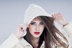 Piękna powabna kobieta w kapiszonie Fotografia Royalty Free