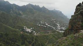 Piękna powietrzna fotografia jest niewygładzonym halnym serpentyny krajobrazem Skaliści wzgórza w północy Tenerife, Hiszpania zbiory