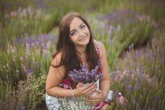 Piękna Provence kobieta relaksuje w lawendy pola dopatrywaniu na zmierzchu mienia koszu z lavanda kwitnie serifs Nęcąca dziewczyn Zdjęcie Royalty Free