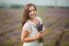 Piękna Provence kobieta relaksuje w lawendy pola dopatrywaniu na zmierzchu mienia koszu z lavanda kwitnie serifs Nęcąca dziewczyn Obrazy Stock