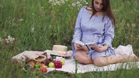 Piękna przyszłości matka czyta książkę w polu Bierze owoc zbiory