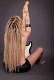 Piękna punkowa dziewczyna z udziałami tatuaże pozuje z gitarą Obraz Royalty Free