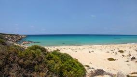 Piękna pusta unspoiled świetna piasek plaża bez ludzi, widok f obrazy royalty free