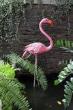 Piękna Różowa Ptasia statuy pozycja w stawie przy ogródem fotografia royalty free
