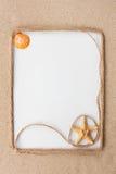 Piękna rama arkana, gwiazda i morze łuska z białym tłem na piasku Fotografia Stock