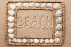 Piękna rama arkana i seashells na piasku z inskrypcją wyrzucać na brzeg Fotografia Stock