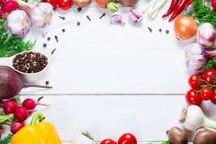 Piękna rama różni warzywa i pikantność na białych deskach z bezpłatną przestrzenią dla ciebie tekst Fotografia Stock