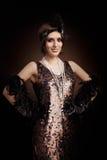 Piękna retro kobieta od ryczeć 20s przygotowywam bawić się Zdjęcia Royalty Free
