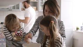 Piękna rodzina gotuje wpólnie na kuchni zbiory