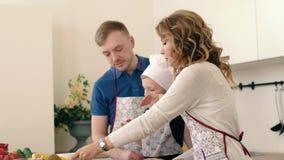 Piękna rodzina przygotowywa wyśmienicie owocowej sałatki w kuchni dom zdjęcie wideo