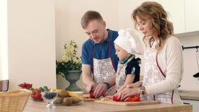 Piękna rodzina przygotowywa wyśmienicie owocowej sałatki w kuchni dom zbiory wideo