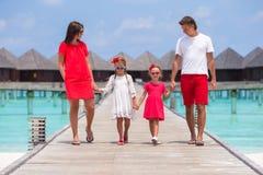 Piękna rodzina w czerwieni ma zabawę na drewnianym jetty Obraz Stock