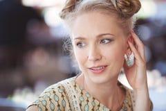 Piękna romantyczna blondynki dziewczyna w retro stylu Zdjęcie Stock