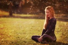 Piękna romantyczna dziewczyny blondynka relaksuje w słońca obsiadaniu Obraz Stock