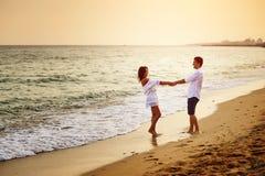 Piękna romantyczna para na dennym brzeg podczas zmierzchu obrazy stock