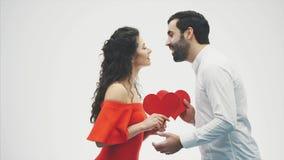 Piękna romantyczna para odizolowywająca na białym tle Przystojna ręka i trzymamy czerwonych serca wewnątrz zdjęcie wideo