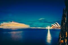 Piękna rozjarzona rzeka miasto w nocy zdjęcie stock