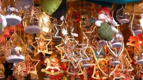 Piękna rozmaitość Bożenarodzeniowe dekoracje od metalu, drewno, różnorodni kształty i rozmiary która kiwają w wiatrze, Boże Narod zbiory