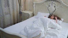 Piękna rozochocona dziewczyna iść łóżko zbiory