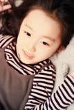 Piękna rozochocona mała dziewczynka bawić się przyjemność gruntuje na boisku obraz stock