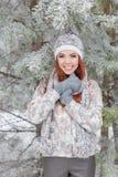 Piękna rozochocona szczęśliwa dziewczyna z czerwonym włosy w kapeluszu ciepłym szaliku i bawić się wokoło i błaź się w śniegu w z Obrazy Stock