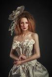 Piękna rudzielec dziewczyna w eleganckiej papier sukni Zmysłowy wizerunek z jaskrawym makeup Piękno model Obrazy Stock
