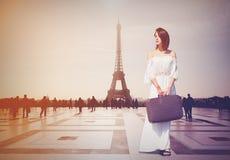 Piękna rudzielec kobieta od prowinci przychodził podbijać Paryż obraz stock